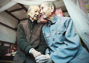王老三和曾紫媚這對老夫妻,相濡以沫80载依然很恩愛,他們說要牽手活到100歲。(網路圖片)