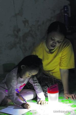 """印尼村落里的妇女成了""""光的母亲。"""""""