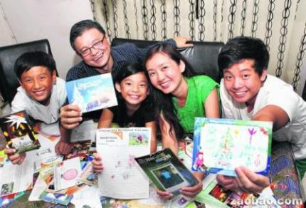洪坤成一家过去13年,收到助养孩子的来信不计其数。(程友明摄)