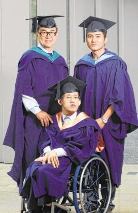 毕业自法律学院的前囚犯陈道荣(右)、电脑学院的脑性麻痹患者陈增沂(中),以及56岁才考获硕士学位的沈锐华(左)。(联合早报/唐家鸿)