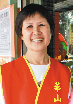 62岁的吴彩玉前后动了两次癌症手术,仍乐观面对人生,现在华山基金会莺歌天使站担任志工。(记者邓桂芬/摄影)