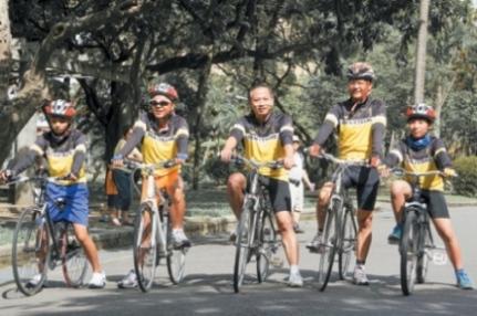 单车环岛是「孩子的书屋」每年暑假重头大戏。图中为创办人陈俊朗。(台东教育发展协会/提供)