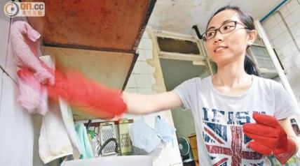 作为护士,工作忙碌,惠婵仍抽空为长者清洁厨房。