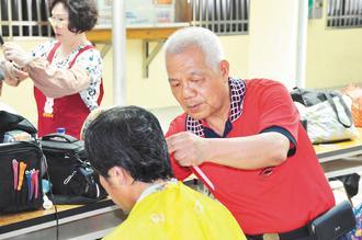 高龄逾7旬的「国宝级」理发师傅王民财(右)义剪40年,至今仍乐在其中。(记者孟祥杰/摄影)