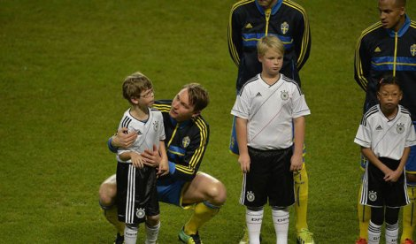 Kind Kallstrom comforts frightened autistic mascot (Photo: Andreas Bardell / Aftonbladet)