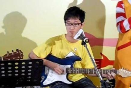 曾因罹患血癌需接受骨髓移植的洪麟,在休学时间自学吉他和组乐团,学会调整心态,以更积极的心态面对未来的人生。(摄影/骆慧雯)