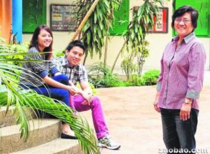 吴亚麦(右)与女儿叶慧娟(左)和女婿卓云杰为社区付出时间与关爱。