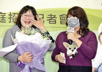 家扶基金会发起「募集1314寄养家庭,守护孩子一生一世幸福」,寄养妈妈夏姬(左)现身说法,曾受照顾的孩子甜甜(右),特别到场献鲜花和感谢卡。(记者郑超文/摄影)