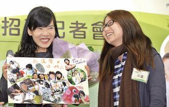 寄养妈妈静纯(左)现身说法,曾受照顾的孩子小凌(右),特别到场献鲜花和感谢卡。(记者郑超文/摄影)