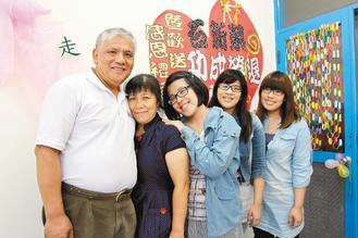 台湾世界展望会东区办事处台东中心督导石新荣最近退休,他在妻子支持下,投入社会工作30年;退休时,3名女儿也参与欢送会,以他为荣。(记者李蕙君/摄影)