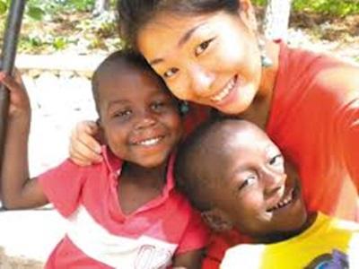 图片 :台湾出生、美国长大的25岁女孩陈珞韶立志当志工在世界传爱,主动前往海地照顾贫困。