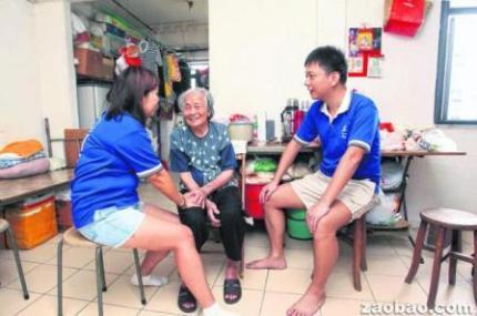 马波(右)和李素凤(左)等『牛车水义工』每周都到牛车水一带挨家挨户上门照料独居老人。(摄影/陈福洲)