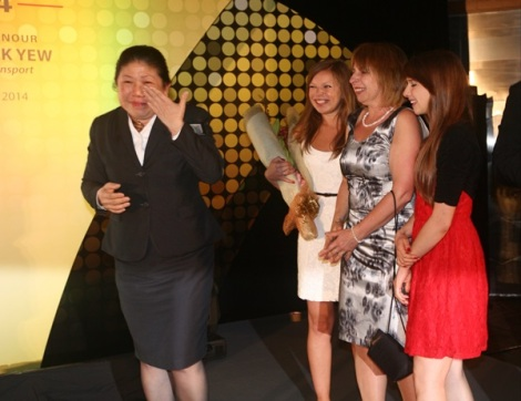 陈鸣鸾(左一)领取樟宜机场年度最佳服务人员奖时感动万分;波兰旅客玛利亚(右二)与她的两个女儿阿尼埃斯卡(右三)和麦尔格萨塔(右一),在樟宜机场集团特地安排下前来见证。(图/早报)