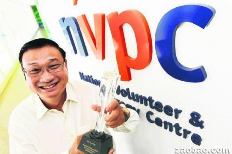 """图片 :""""愿之心""""(Willing Hearts)创办人郑东尼从小受惠于社会,长大后通过给贫困者赠饭的方式回馈社会,成为2013年""""总统志愿服务奖""""个人奖得主之一。(陈来福摄)"""