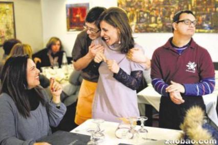 智障侍应生西蒙尼(站者左一)和亚历山德罗(右一)亲切、殷勤的服务给顾客留下深刻印象。(法新社)