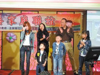 日前寄养家庭联谊活动,林女士一家人与刚离开的寄养三姊弟相会,林女士的女儿也感动地流泪。(图/家扶基金会提供)