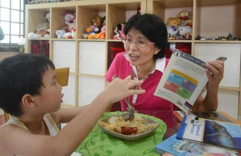 图片:邻居太忙无法照顾孩子时,彭蔡顺风也会伸出援手。(摄影/潘丰源)