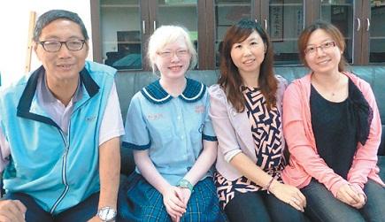郑佩纯(左2)用乐观的态度面对他人异样的眼光,从帮助他人中找到快乐,妈妈蔡素珍(右2)对她的影响很大。(记者凌筠婷/摄影)