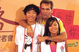 波勒斯带着两个孩子回台参加2005年儿福联盟举办的「文化之旅」。(图片来源:波勒斯夫妇提供)
