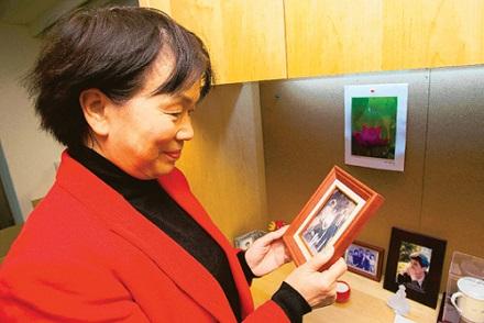龙应台喜欢看看与家人的合照,回忆彼此相处的美好时光。(记者王腾毅/摄影)
