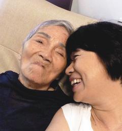 龙应台(右)与母亲的亲密合照。(图/龙应台提供 )