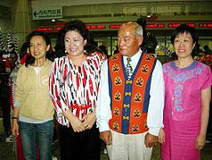 王常如(右)長久以來,不辞辛劳募集爱心面包,送到部落给学童,她的爱心普受当地民众敬重。//中央社