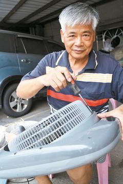 香丘里第16邻长吕坤来是回收家电达人,也乐于帮助弱势家庭。 记者吕思逸/摄影