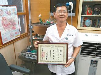 76岁医生杜英吉行医半世纪。(记者陈沛佑/摄影)