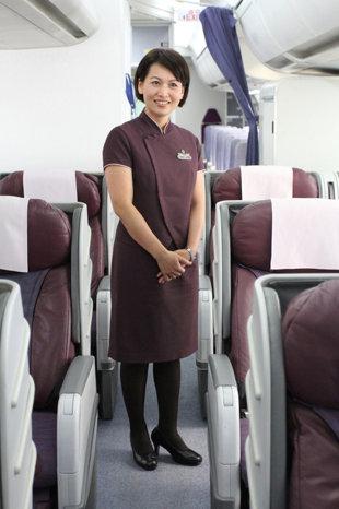 华航资深空姐王曦芳的古道热肠,被同事形容是现代侠女,曾为了帮印度阿嬷找假牙,蹲在地上翻垃圾桶,成功安抚旅客的心。(华航提供)