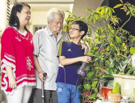 """""""小当家""""符恩泽须负起照顾母亲和外公的责任,但他一点也不觉得辛苦。(陈渊庄摄)"""