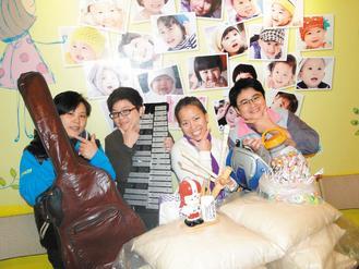 微笑志工团成员定期向友人募集二手物资,送给弱势儿童散播微笑。左起为赖佳惠、杨栩菁、黄婉君、阿毕.巴湃。(记者游明煌/摄影)