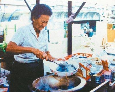 庄朱玉女生前卖10元就能吃到饱的超便宜自助餐给工人,高雄市政府曾在2001年间推崇她为「城市英雄」。 图/翻拍自高雄市政府高雄画刊(原照是庄朱玉女提供)