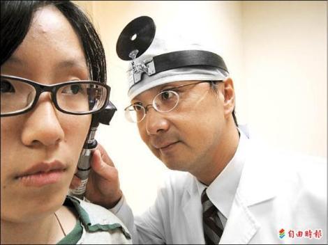 振兴医院耳鼻喉部听觉科主任力博宏。(记者魏怡嘉摄)