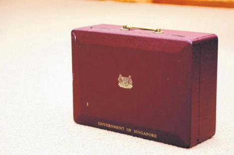 李光耀直到上个月入院的前一天,每天都使用的红盒子。据多名曾与他共事的官员回忆,这个红盒子跟着他很多很多年。(通讯及新闻部提供)