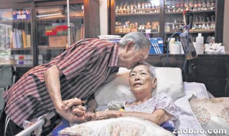 纪添寿在患癌妻子郑雪花额头上的轻吻,是半个世纪温柔爱恋的最佳佐证。(何家俊摄)