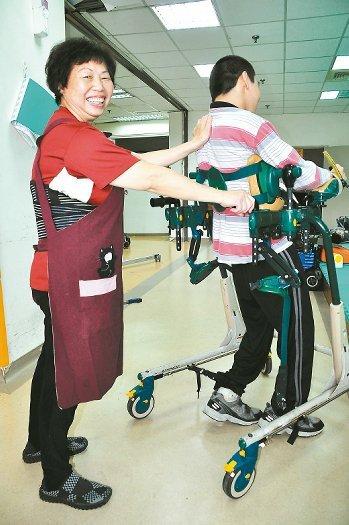 张素真30年来照顾脑麻和重障孩子,她最大的收获,就是听到院生叫她一声「妈咪」。 记者刘宛琳/摄影