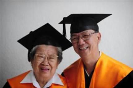 82岁的陈彩蜿与62岁的儿子叶志新,一起上课一起毕业。(《海峡时报》照片)