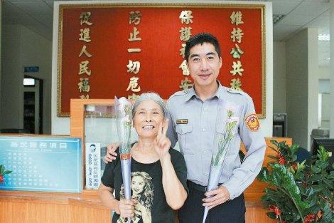 邱卉蓁(左)每天都到高明派出所打扫,所长李祯舜(右)献花感谢。 记者张雅婷/摄影