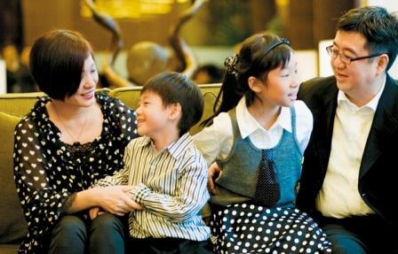 黑立言(右一)与朱媛(左一)在儿子黑筠瀚(左二)进入白血病治疗后期时,选择放手,好好道别。(照片:黑立言提供)