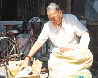 高龄90岁的胡玉环阿嬷,每天捡拾回收帮助弱势,20年如一日。(记者张进安/摄影)