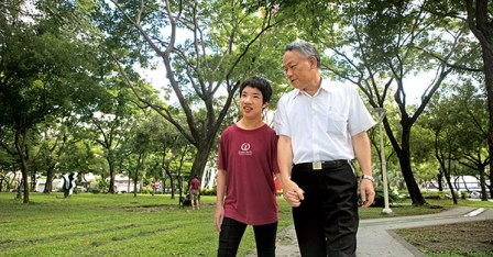 身为一位脑性麻痹孩子的父亲,苏国祯不曾放弃,反而用更多的爱弥补这个缺憾,而且还在女儿的引导下,成立喜憨儿基金会,造福广大的憨儿们,将父爱化为大爱。