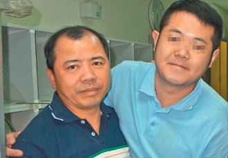 「粄条爸」刘兴发(左)宽恕打死儿子的加害人(右),透过地检署「修复式司法」平台牵线,两人面对面恳谈,相互拥抱打气。(记者王慧瑛/翻摄)