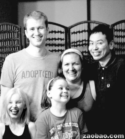 """刘伟仁(右一)拜访""""晨星基金会""""创办人刘易斯夫妇及他们的女儿。"""