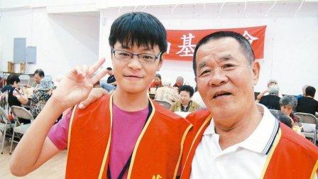 杨哲雄(右)带着孙子杨东晨(左)当志工,祖孙俩连袂服务,是地方上最美的身影。(记者王昭月/摄影)