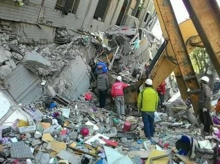 南投县消防局救难队驰援台南市维冠大楼,抢救受困民众。图/南投县消防局提供