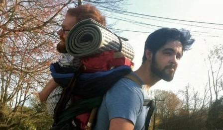 今年夏天,美国大男孩将「背」起罹患先天性肌肉萎缩症的朋友,帮助他完成旅行欧洲的梦想。(图片取自wecarrykevan.com)