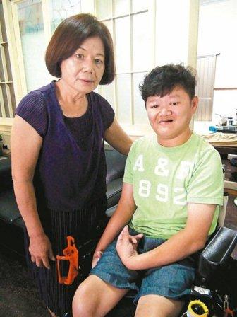 脑性麻痹蔡文杰(右)虽然行动不便,仍写出一篇篇文章,造就他今日成就的幕后推手就是母亲黄玉兰(左)。记者余采滢/摄影