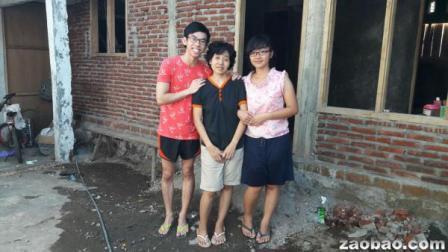 22岁马绍尔(左)为照顾患癌的札莉亚(中),上个星期天陪她回印尼养病。右为札莉亚的女儿。(受访者提供)