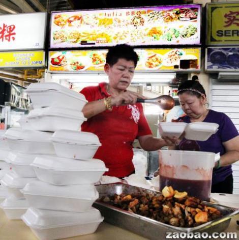 朱利亚(左)和职员忙着准备240盒饭,送到疗养院。(摄影:赖南达 庄耿闻)