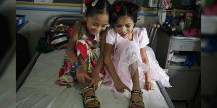 尼泊尔2女孩共享一双鞋 1